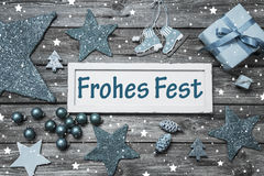 与文本的破旧的别致的德国圣诞卡在蓝色、灰色和wh 库存图片