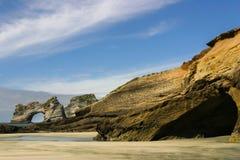 Wharariki-Strand, Neuseeland Ansicht zu den Torbogen-Inseln stockfotografie