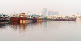 Wharfage z dużymi drewnianymi łodziami w nowożytnym mieście zdjęcia royalty free