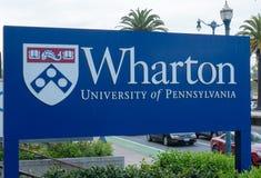Wharton School uniwersyteta pensylwanii wejście podpisuje Fotografia Royalty Free