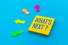 What's daarna? concepten met tekst op schrijfpapier en pijl stock fotografie