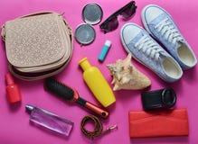 What&#x27 s στο women&#x27 τσάντα του s; Μετάβαση σε ένα ταξίδι Μοντέρνα εξαρτήματα άνοιξης και καλοκαιριού Girly Στοκ Φωτογραφίες