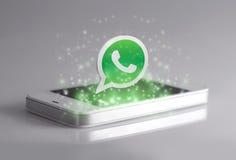 Whatsapp是对智能手机的著名瞬时笔谈申请 库存图片