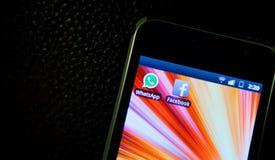 WhatsApp y Facebook imágenes de archivo libres de regalías