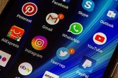 WhatsApp, YouTube, instagram, Facebook, Skype και άλλα app εικονίδια στην οθόνη Xiaomi smartphone Στοκ Εικόνες