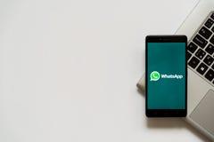 Whatsappembleem op het smartphonescherm Royalty-vrije Stock Foto's