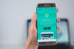 Whatsappwebsite op mobiel wordt geopend die royalty-vrije stock afbeelding