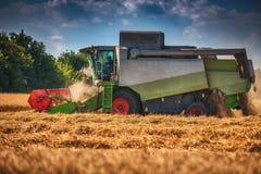 Whe mûr d'or de recolte mécanique d'agriculture de moissonneuse de cartel images libres de droits