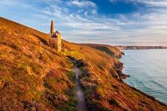 Wheal bedekt dichtbij St Agnes Cornwall met een laag Stock Foto's