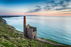 Wheal Coates on the Cornish Coast. The ancient ruins of an engine house left over from the days of tin mining, perched on cliffs at Wheal Coates near St Agnes on Stock Photo