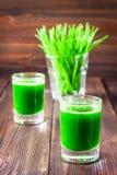 Wheatgrass skott Fruktsaft från vetegräs Trend av hälsa Arkivfoton