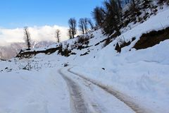 Free Wheel Track On Snow Covered Mountain Road Royalty Free Stock Photo - 164794475