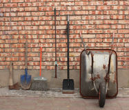 Wheelbarrow κήπων και εργαλεία κήπων Στοκ εικόνες με δικαίωμα ελεύθερης χρήσης