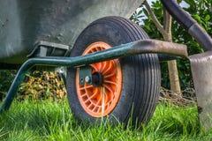 Wheelbarrow και ένα φτυάρι στον κήπο Στοκ Εικόνες