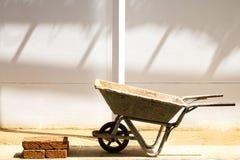 Wheelbarrow και τα τούβλα Στοκ Εικόνες