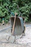 Wheelbarrow κατασκευή φτυαριών Στοκ φωτογραφία με δικαίωμα ελεύθερης χρήσης