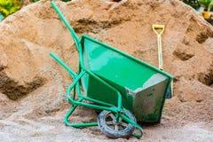Wheelbarrow πράσινο Στοκ εικόνες με δικαίωμα ελεύθερης χρήσης