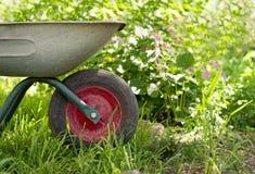 Wheelbarrow στον κήπο Στοκ εικόνα με δικαίωμα ελεύθερης χρήσης