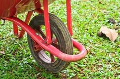 Wheelbarrow συνεδρίαση στον κήπο Στοκ εικόνες με δικαίωμα ελεύθερης χρήσης