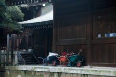 Wheelbarrow handcart park w Sintoizm Japońskiej świątyni obrazy royalty free