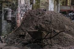 wheelbarrow i piasek w formierni fotografia royalty free