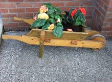Wheelbarrow kwiatu t?a teksta kopia obrazy royalty free
