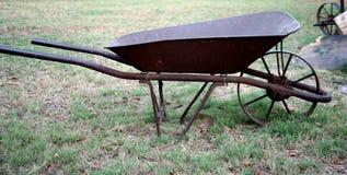 Wheelbarrow oxidado Fotografia de Stock Royalty Free