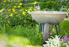 Wheelbarrow w ogródzie Fotografia Stock