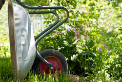 Wheelbarrow w ogródzie Obrazy Royalty Free