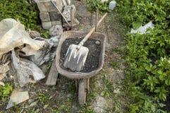 Wheelbarrow z ziemią i łopatą Rosyjska wioska Fotografia Royalty Free
