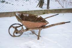 Wheelbarrow zimy śnieg obrazy royalty free