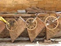 Wheelbarrows velhos foto de stock