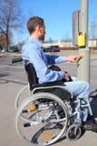 Wheelchairuser op een voetgangersoversteekplaats Royalty-vrije Stock Fotografie