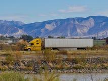 18 Wheeler Heading Towards Utah fotografia stock libera da diritti