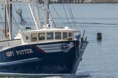 Wheelhouse av kommersiell fiskebåtCapt Potter royaltyfria bilder