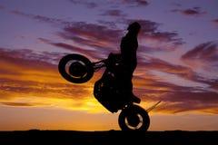 Wheelie езды мотоцикла женщины силуэта стоковая фотография rf