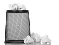 Wheelie корзины для отхода бумаги изолированного на белизне Стоковая Фотография