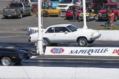 Wheelie de Chevrolet Malibu sur la voie Photographie stock
