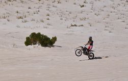 Wheelie de la moto en Lancelin Sand Dunes: Australia occidental Fotos de archivo