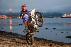 Wheelies da equitação de Enduro da motocicleta na praia Fotos de Stock Royalty Free