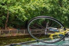 Wheelof en cykel som binds på taket av ett fartyg i en kanal arkivbild