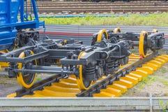 Wheelset ferroviaire sur des rails Photos stock