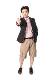 有他新的汽车钥匙的亚裔英俊的人,隔绝在whi 免版税库存照片