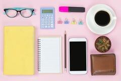 Whi för mobil och gammal bok och för svart kaffe för anteckningsbokblyertspennaexponeringsglas royaltyfri bild