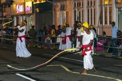 Whip Crackers führen durch die Straßen von Kandy in Sri Lanka während des Esala Perahera durch Stockbild