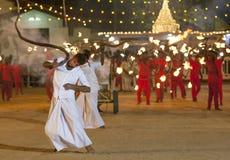 Whip Crackers melden die Prozession an, die am Kataragama-Festival in Sri Lanka gerieben wird Lizenzfreie Stockfotos