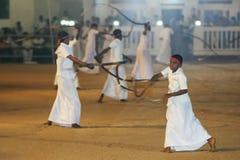 Whip Crackers melden die Prozession an, die am Kataragama-Festival in Sri Lanka gerieben wird Lizenzfreie Stockfotografie