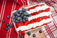 Whip Cream, jordgubbar och blåbär som kombineras för att se som amerikanska flaggan Arkivfoto