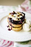 法式多士用果子和whiped奶油 图库摄影