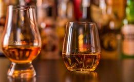 Whiskey écossais dans un verre avec des glaçons, whiskey d'or de couleur photographie stock libre de droits
